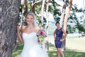 Braut mit bunten Seifenblasen
