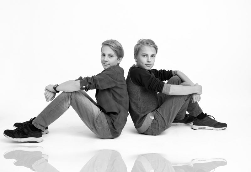 Zwei Jungen mit Spiegelung am Boden