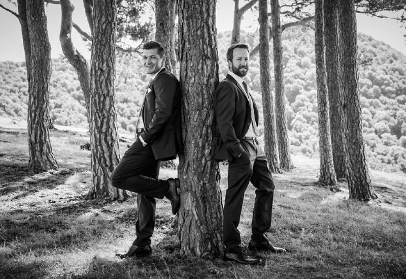 Braut mit Trauzeuge im Wald