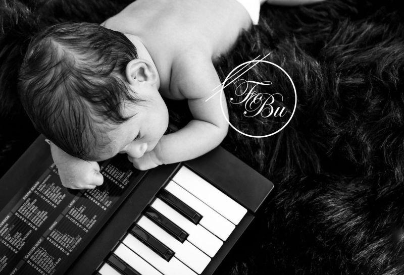 Baby mit Keyboard Baby in Körbchen Tütü Fotografie Weilheim Bissingen Wendlingen Ebersbach Plochingen Babyfotografie Neugeborene